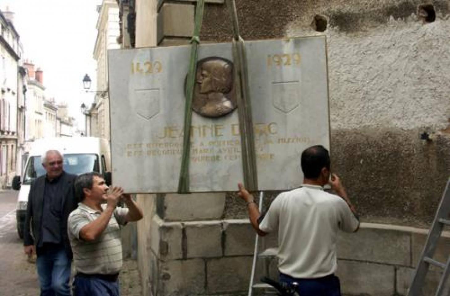 La plaque de Jeanne d'Arc remise en place
