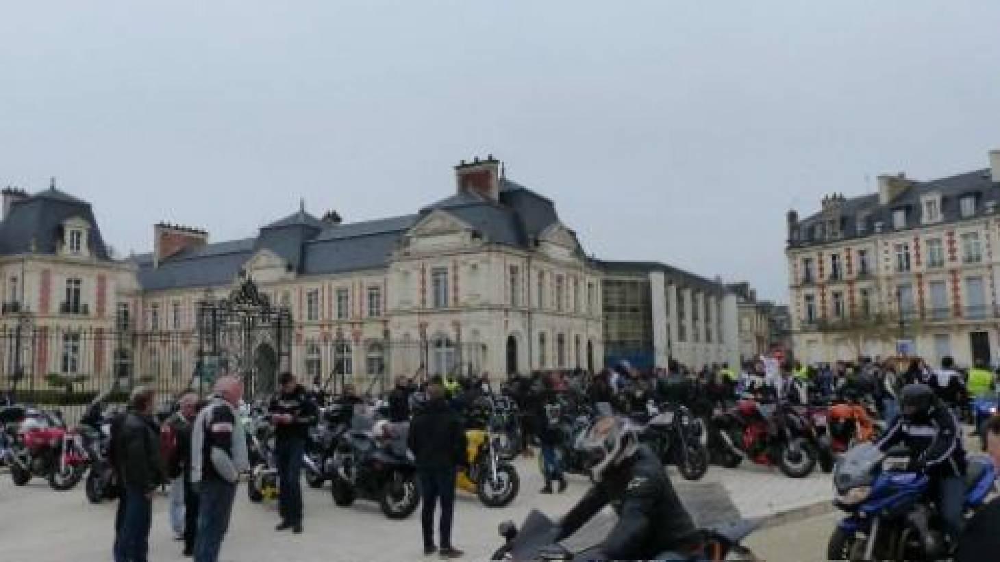 """Des Poitevins en """"colère"""" manifestent contre la limitation à 80km/h"""
