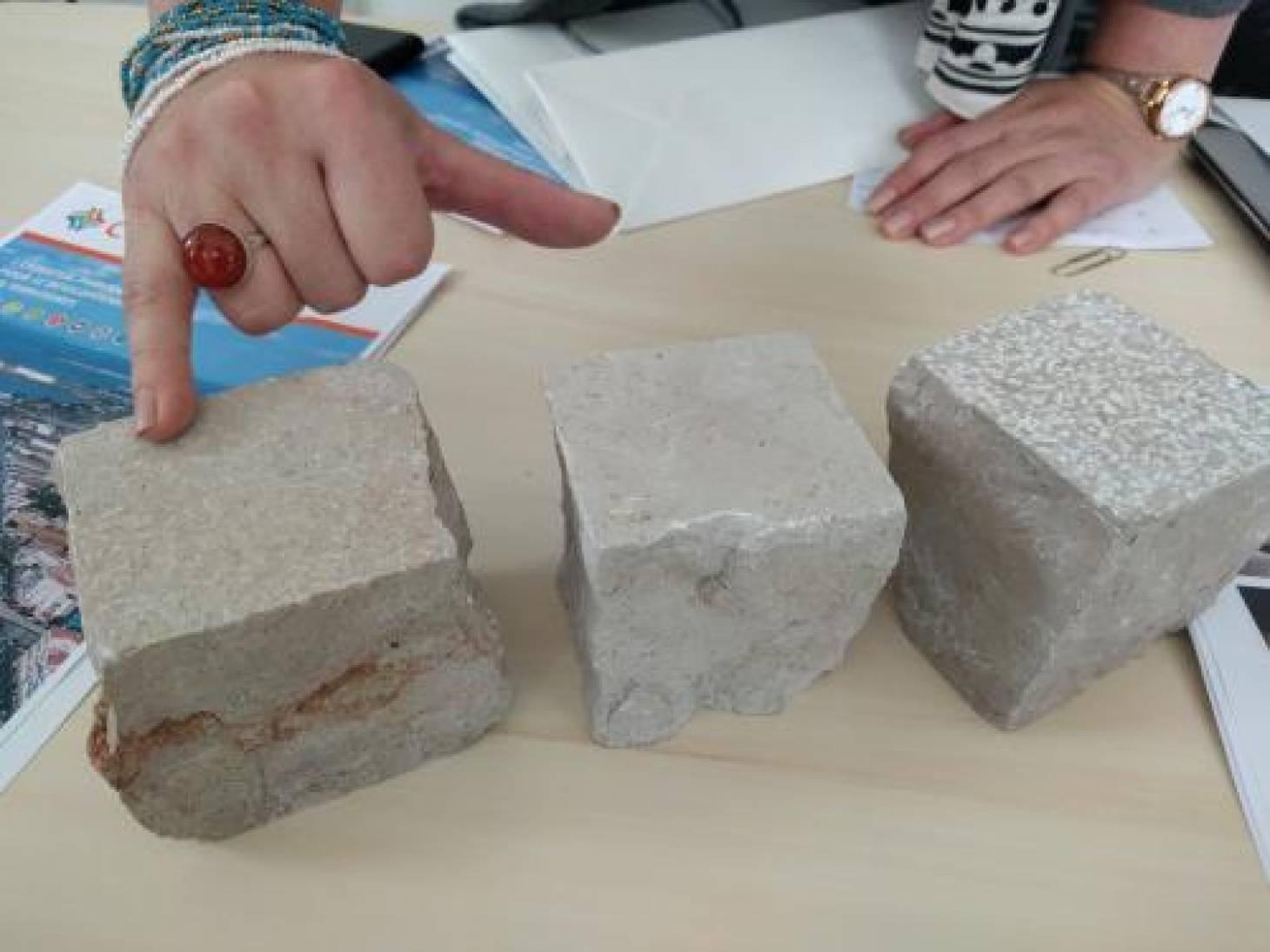 Poitiers - Flammage et bouchardage pour améliorer l'adhérence des pavés