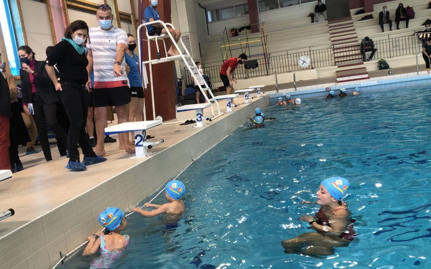 La ministre des Sports défend son plan d'aisance aquatique à Poitiers