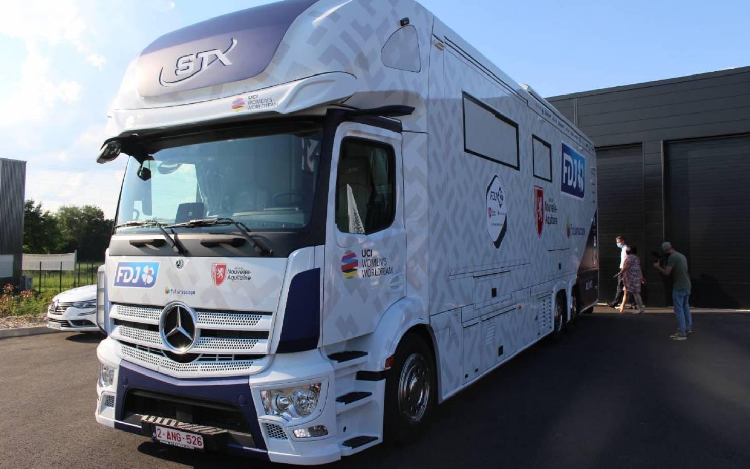 La FDJ Nouvelle-Aquitaine Futuroscope a son bus d'équipe