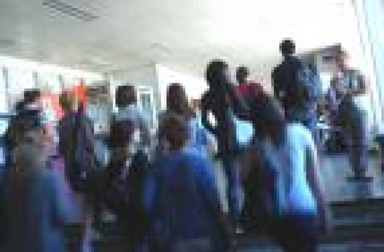 Les étudiants parlent aux étudiants