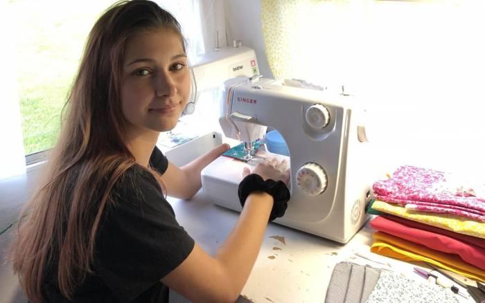 Louane, lycéenne et couturière solidaire