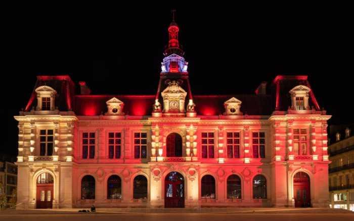 La mairie de Poitiers éclairée en rouge pour alerter sur l'urgence climatique
