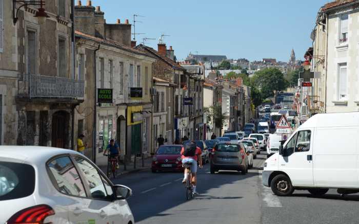 Poitiers - Le Pont-Neuf à l'heure du partage