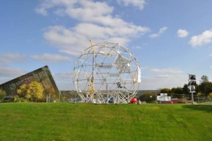 Futuroscope : la boule prend forme !