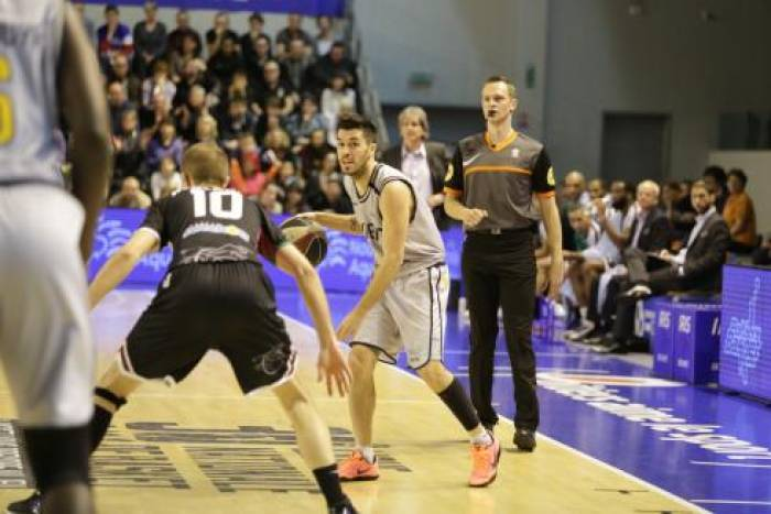 Le basket en trait d'union
